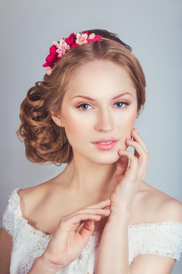 Portret piękna młoda dziewczyna w wizerunku panna młoda z ornamentem w włosy obrazy royalty free