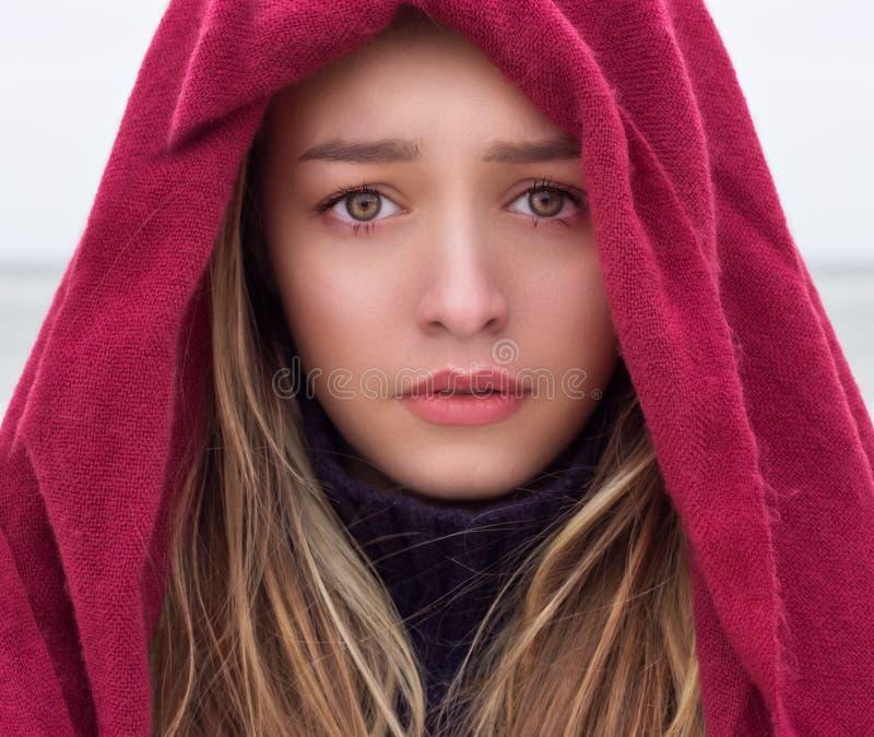 Portret piękna młoda dziewczyna z dużymi oczami z smutnym nastrojem, smucenie na jej twarzy z krestnym chusteczką na głowie zdjęcie stock