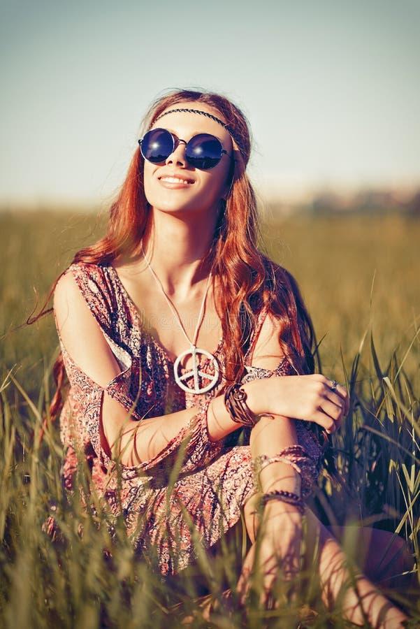 Portret piękna młoda hipis dziewczyna w polu zdjęcie royalty free