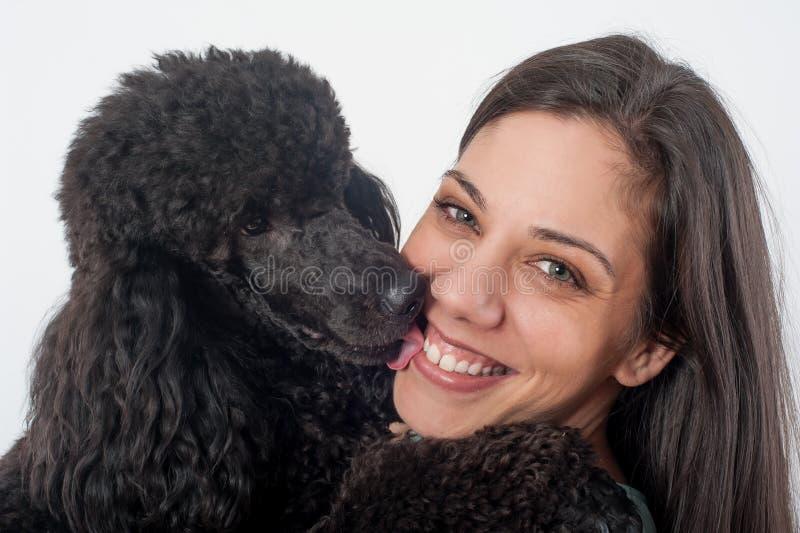 Portret piękna młoda kobieta całuje jej pięknego psa zdjęcia stock