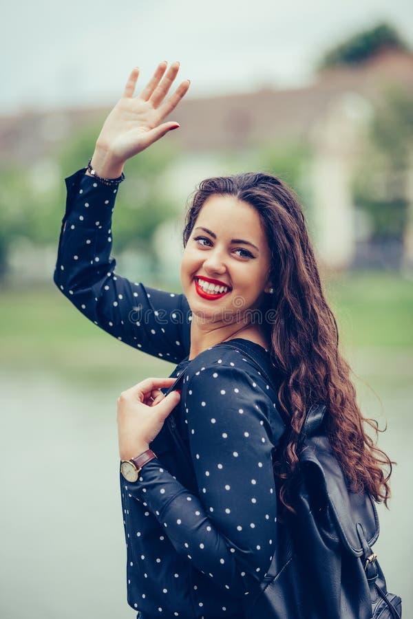 Portret piękna młoda kobieta chodzi outdoors, macha jej rękę fotografia royalty free