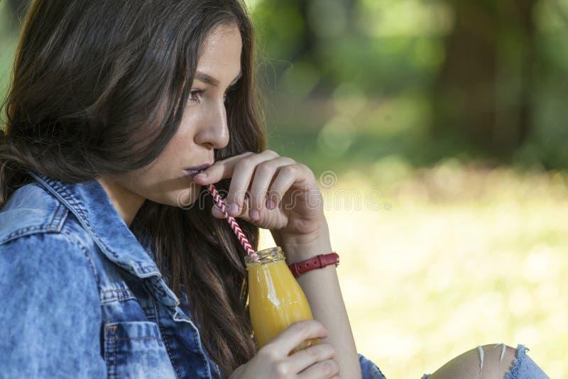 Portret piękna młoda kobieta która jest relaksująca w naturze zdjęcia royalty free