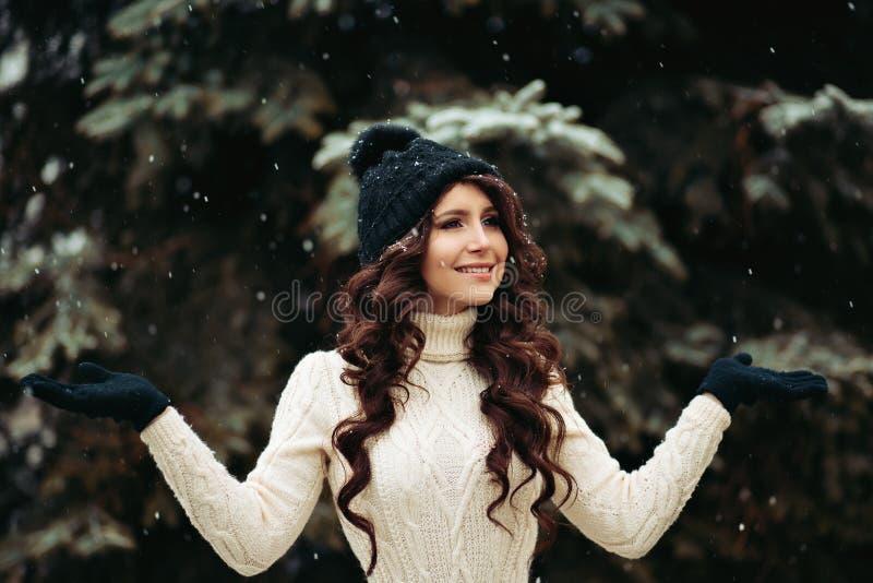 Portret piękna młoda kobieta marzy w parku Elegancka kobieta w trykotowej sukni, szczupłej postaci, kapeluszu i rękawiczkach, obraz royalty free
