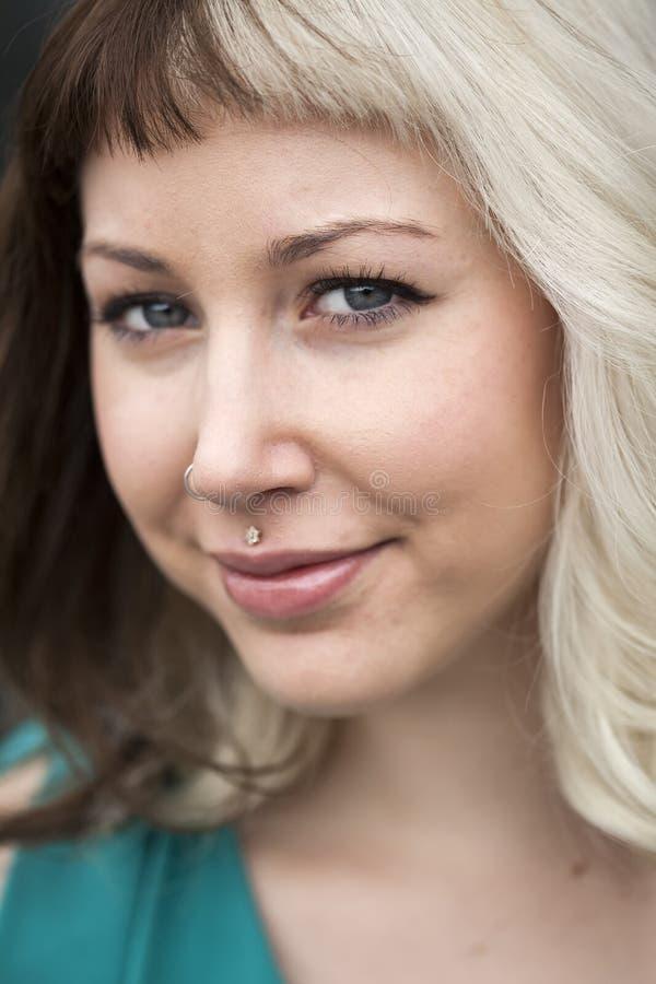Piękna młoda kobieta z Brown i blondynem zdjęcia royalty free