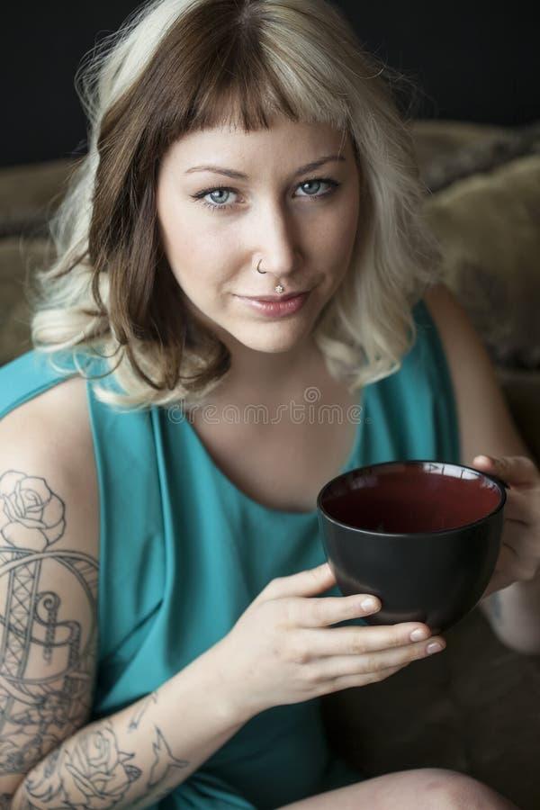 Piękna młoda kobieta Trzyma Czarnego Co z Brown i blondynem zdjęcie stock