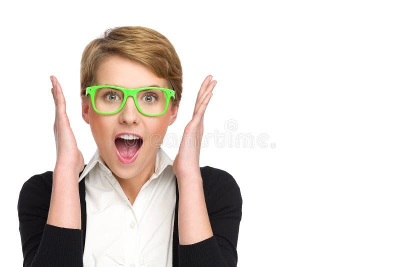 Portret piękna młoda kobieta patrzeje zaskakujący w zielonych szkłach. obrazy stock