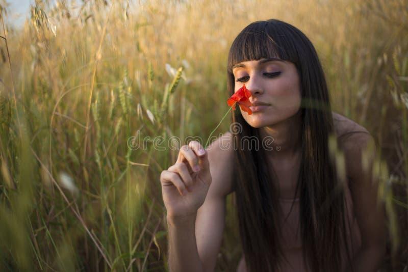 Portret piękna młoda kobieta plenerowa w lecie. Odpowiada po obraz royalty free