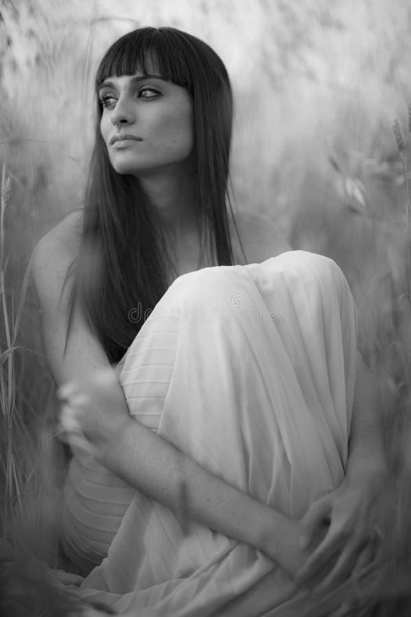 Portret piękna młoda kobieta plenerowa w lecie. Odpowiada po obrazy stock