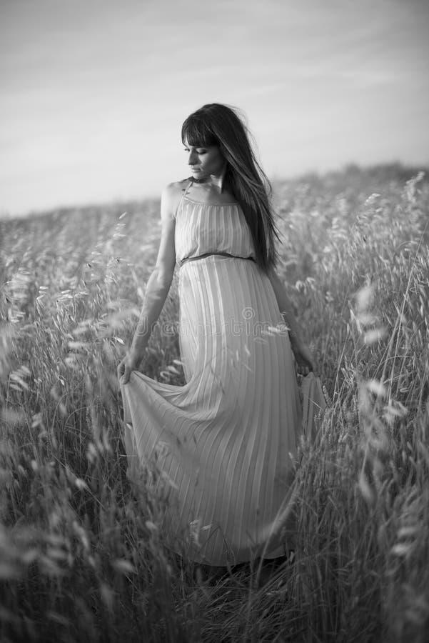 Portret piękna młoda kobieta plenerowa w lecie. Odpowiada po zdjęcie stock