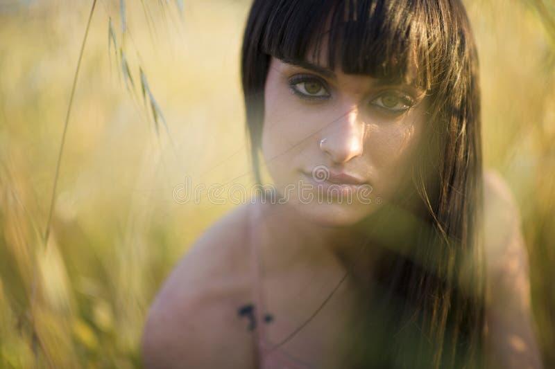 Portret piękna młoda kobieta plenerowa w sumie fotografia stock
