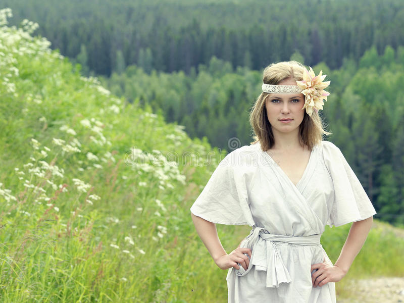 Portret piękna młoda kobieta w łące obrazy royalty free