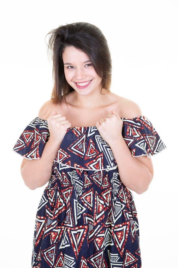 Portret piękna młoda kobieta w afrykanów ubraniach caucasian na jej lata dwudzieste brunetce z długie włosy Patrzeje kamerą i fotografia stock