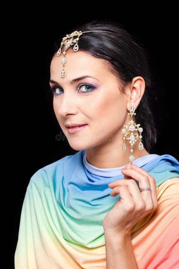 Portret piękna młoda kobieta w jaskrawej barwionej tkaninie fotografia stock