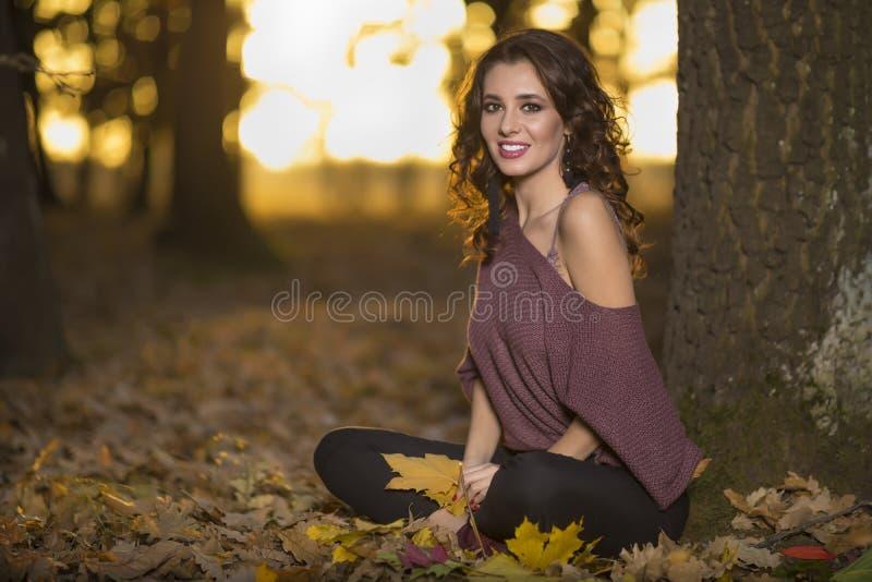Portret piękna młoda kobieta w jesień lesie Lifes obraz royalty free