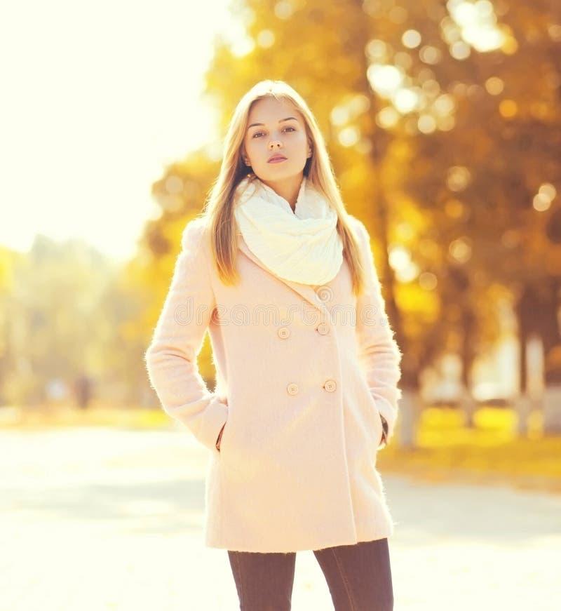 Portret piękna młoda kobieta w pogodnej jesieni obraz royalty free
