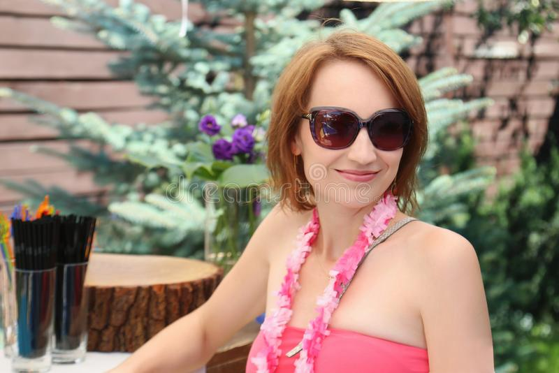 Portret piękna młoda kobieta w swimsuit mienia sangria koktajlu i mieć przy podwórkem zabawa na plenerowym basenu przyjęciu obraz royalty free