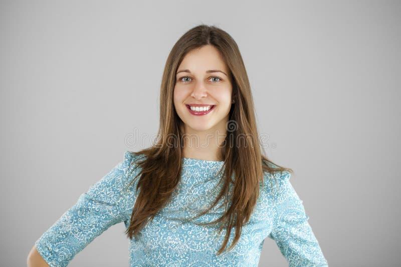 Portret piękna młoda kobieta w turkusowej sukni na gr zdjęcie royalty free