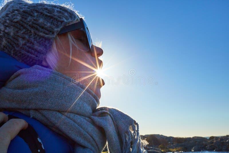 Portret piękna młoda kobieta w woolen kapeluszu i słońcu błyszczy od usta obraz royalty free