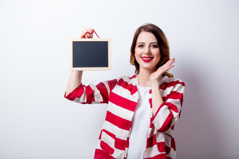 Portret piękna młoda kobieta z deską na cudownym wh zdjęcie royalty free