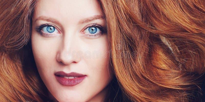 Portret piękna młoda kobieta z dużymi niebieskimi oczami, jagodowymi wargami i bezczelnym włosy, fotografia stock