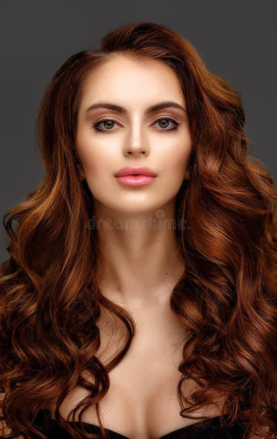 Portret piękna młoda kobieta z elegancki długi czerwony błyszczącym obraz royalty free
