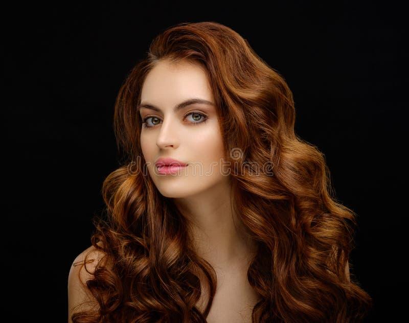 Portret piękna młoda kobieta z elegancki długi czerwony błyszczącym zdjęcie royalty free