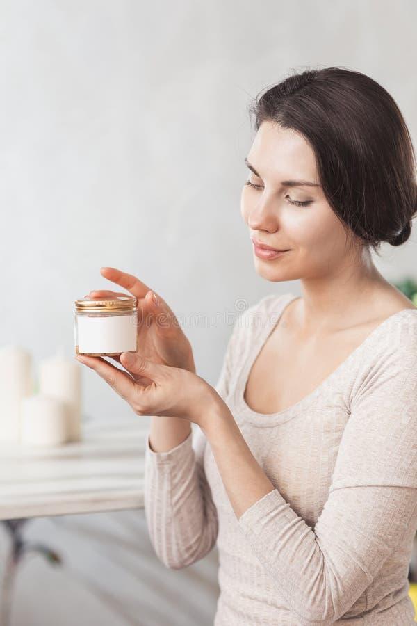 Portret Piękna młoda kobieta z Naturalnym Makeup stosuje biel Pod okiem Łata piękno maskę Na twarzy Dziewczyna z zdjęcia stock