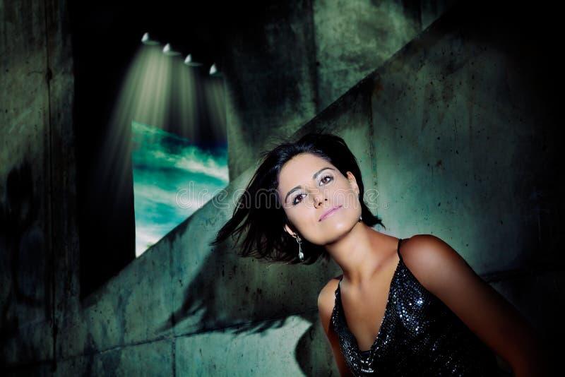 Portret piękna młoda kobieta z włosy w wiatrze obrazy royalty free