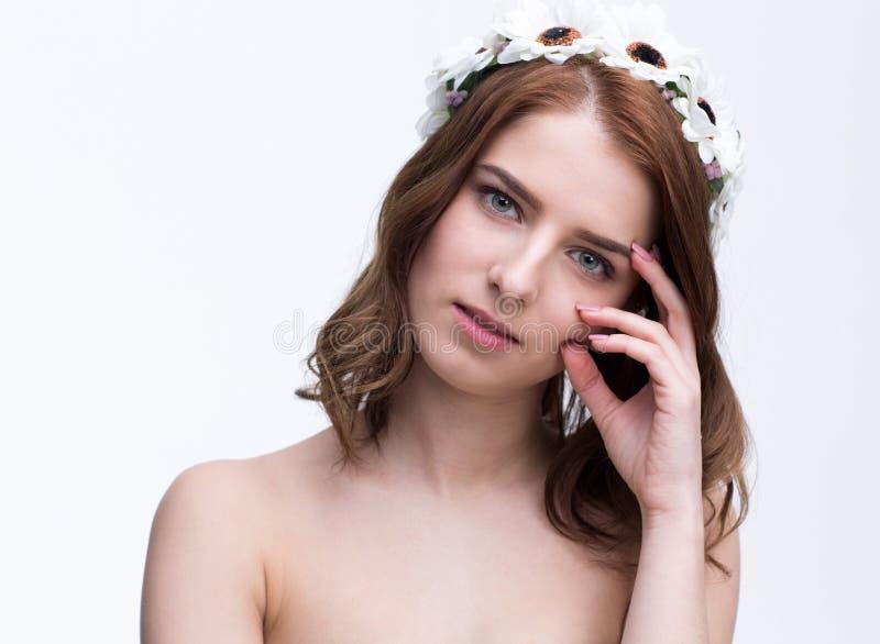 Portret piękna młoda kobieta z wiankiem obraz stock