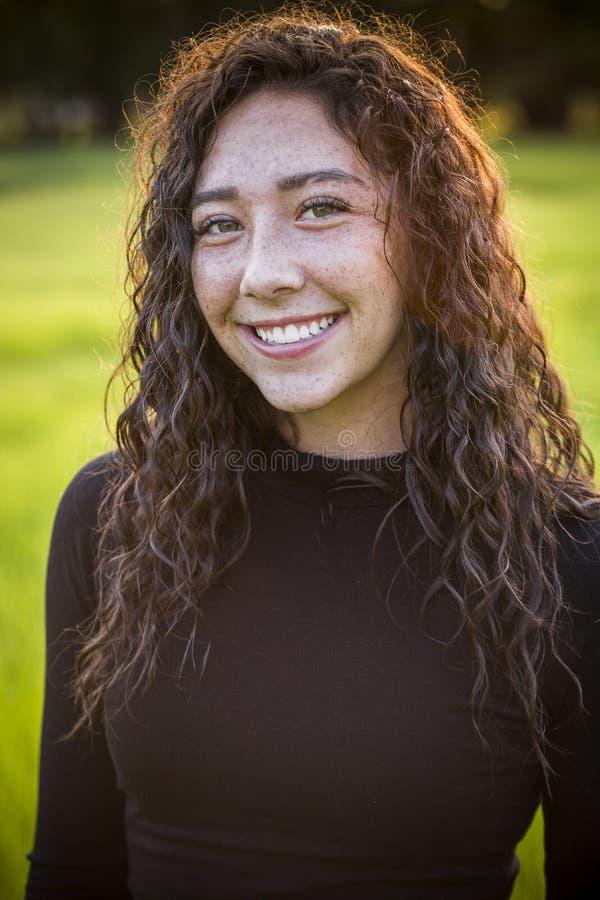 Portret piękna młoda latynoska nastoletnia dziewczyna outdoors fotografia stock