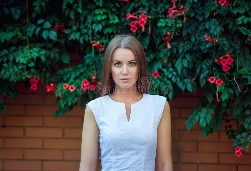 Portret piękna młoda poważna kobieta fotografia stock