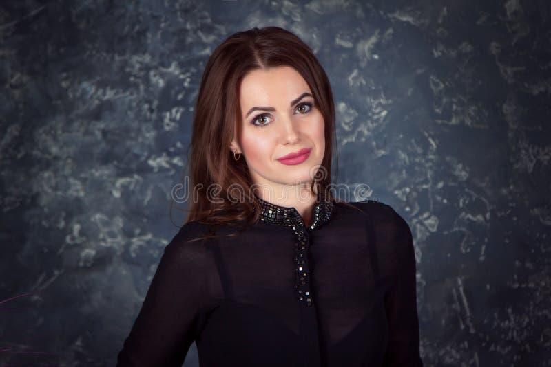 Portret piękna młoda uśmiechnięta brunetki kobieta zdjęcie royalty free