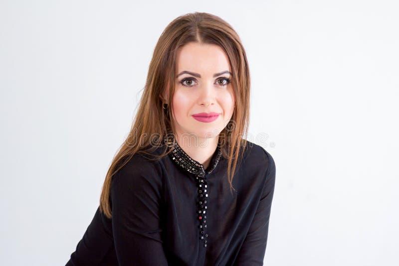 Portret piękna młoda uśmiechnięta brunetki kobieta fotografia stock