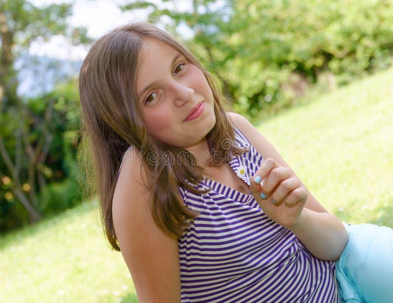 Portret piękna młoda uśmiechnięta nastoletnia dziewczyna, plenerowy zdjęcie royalty free
