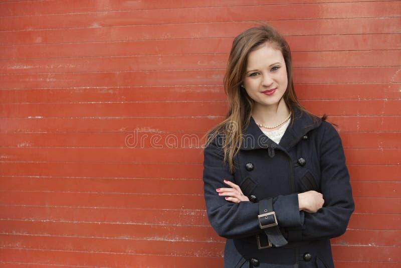 Portret piękna młoda urzędnik pozycja z rękami krzyżować obraz stock
