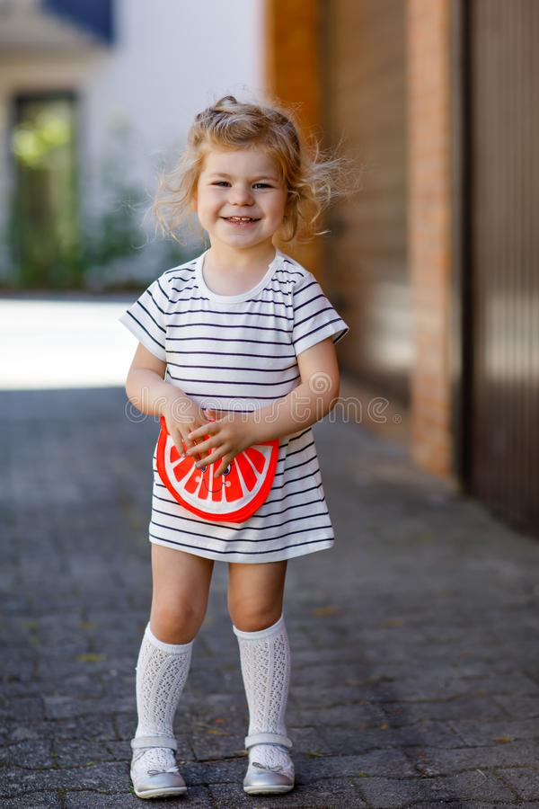Portret piękna mała berbeć dziewczyna w lata spojrzenia ubraniach, mody suknia, kolanowe skarpety Szcz??liwy zdrowy dziecka dziec zdjęcia royalty free
