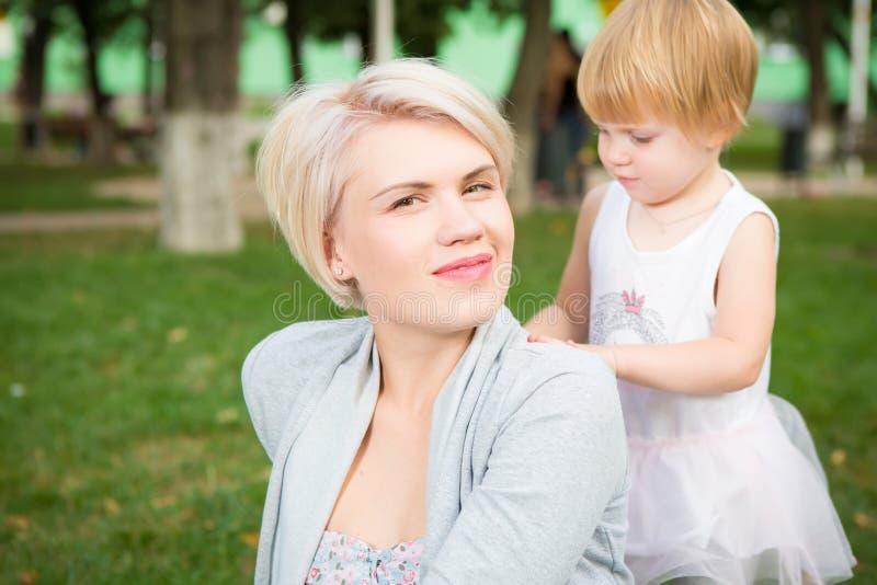 Portret piękna matki i dzieciaka dziewczyna outdoors obrazy stock
