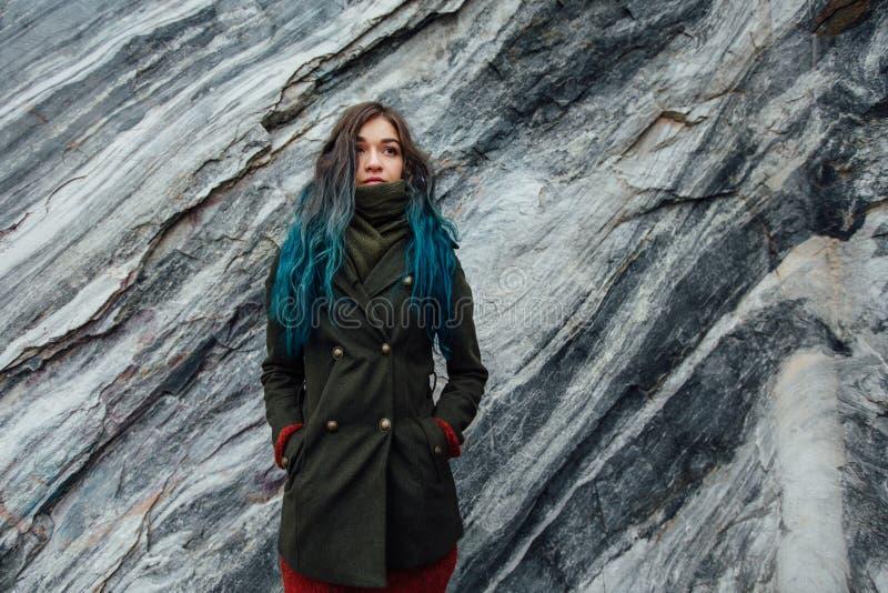 Portret piękna modniś dziewczyna na tle skaliste falezy Farbujący włosy, błękit, długi obrazy royalty free