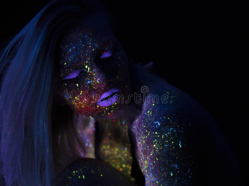Portret Piękna mody kobieta w Neonowym UF świetle Wzorcowa dziewczyna z Fluorescencyjnym Kreatywnie Psychodelicznym MakeUp, sztuk fotografia stock