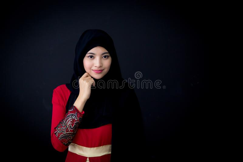 Portret piękna muzułmańska azjatykcia kobieta nad czarnym tłem z szczęśliwą muzułmańską kobietą zdjęcia stock