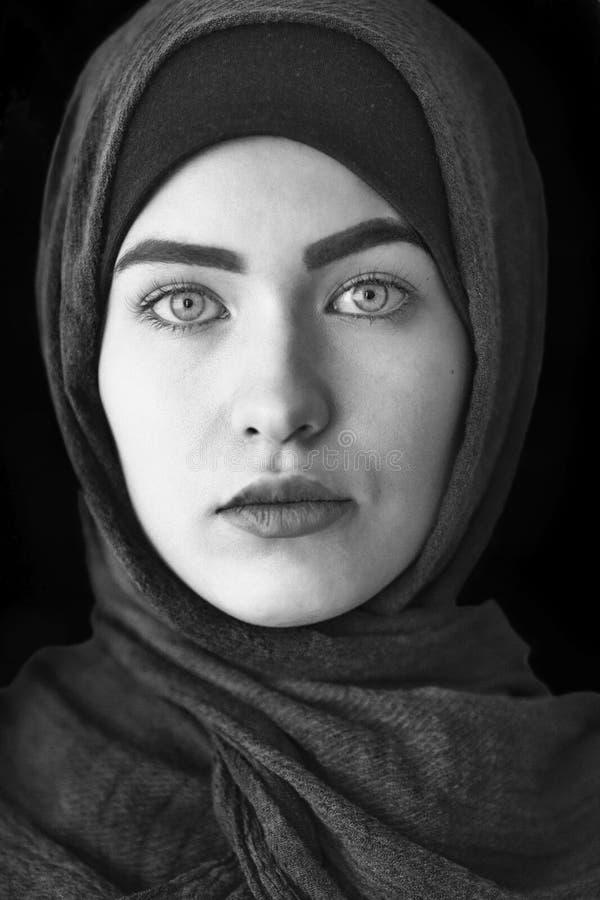 Portret piękna Muzułmańska kobieta, czarny i biały zdjęcie royalty free