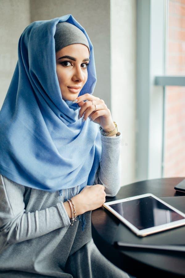 Portret piękna Muzułmańska kobieta w kawiarni obrazy stock