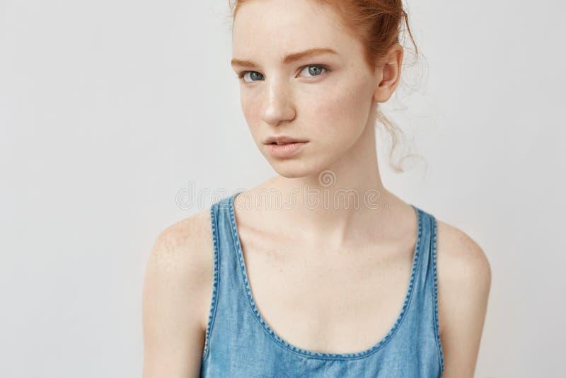 Portret piękna naturalna rudzielec dziewczyna patrzeje kamerę z piegami obraz royalty free