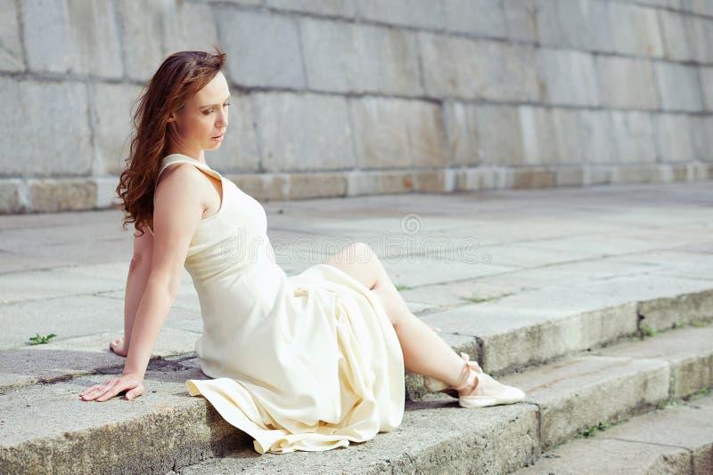Portret piękna nowożytna balerina outdoors zdjęcie royalty free