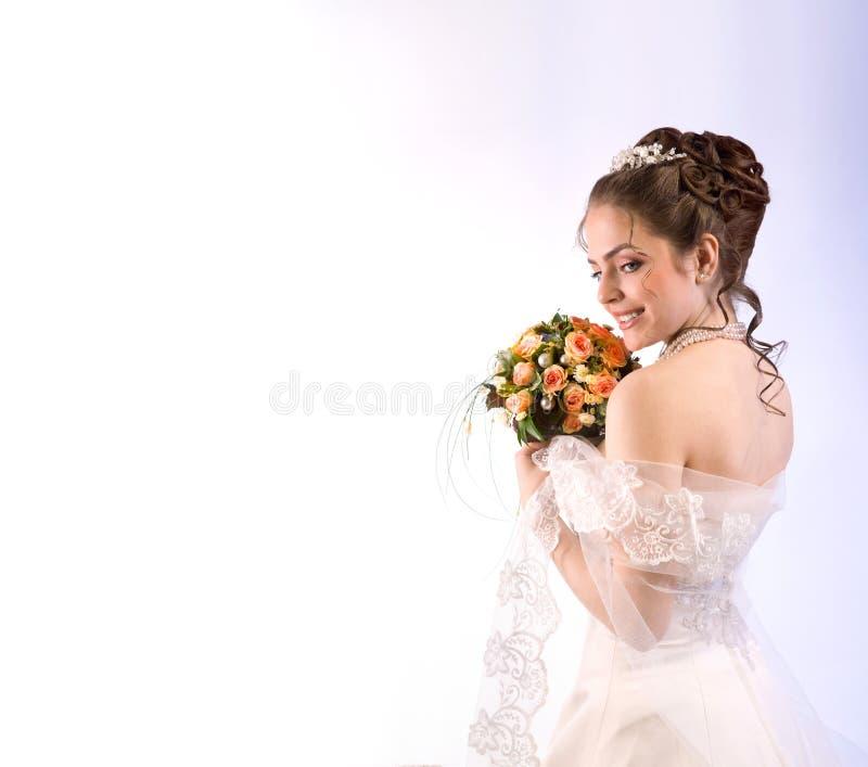 Portret Piękna panna młoda w przesłonie z bukietem, Patrzeje obraz royalty free