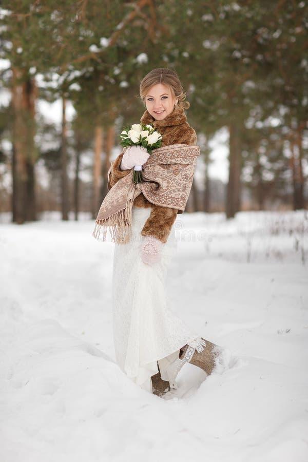 Portret piękna panna młoda w zima żakiecie fotografia royalty free