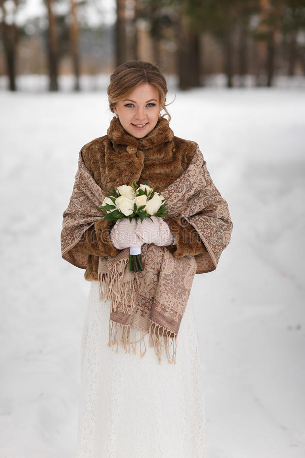 Portret piękna panna młoda w zima żakiecie zdjęcie royalty free