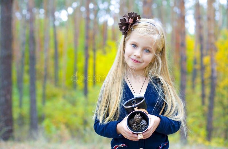 Portret piękna pięcioletnia dziewczyna w drewnie obrazy royalty free
