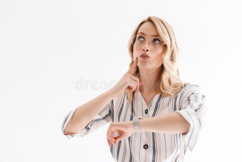 Portret pi?kna powa?na kobieta jest ubranym wristwatch g??wkowanie i patrzeje oddolny przy copyspace zdjęcia stock