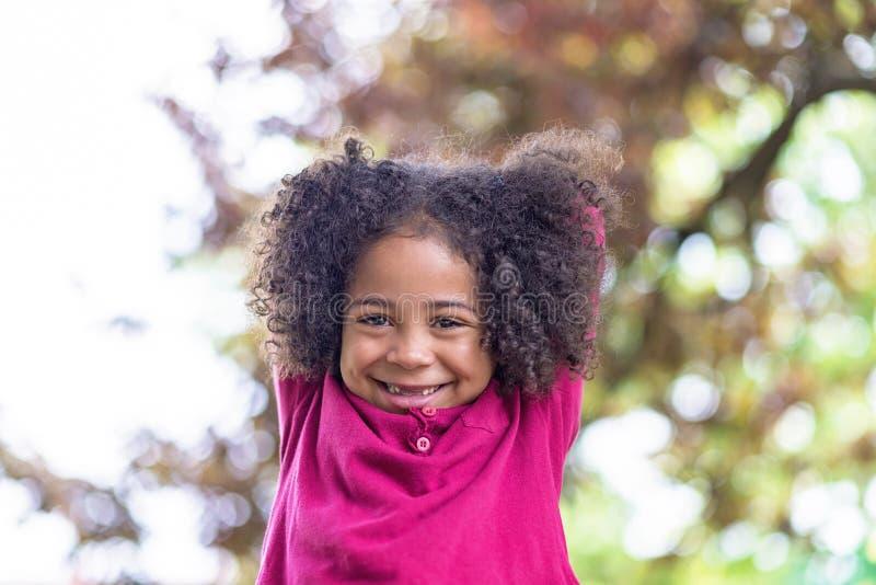 Portret piękna przedszkolna dziewczyna z uroczym kędzierzawym włosy, zdjęcia stock